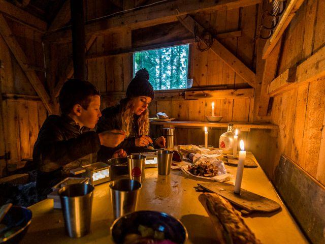 Une raclette dans une cabane  en forêt