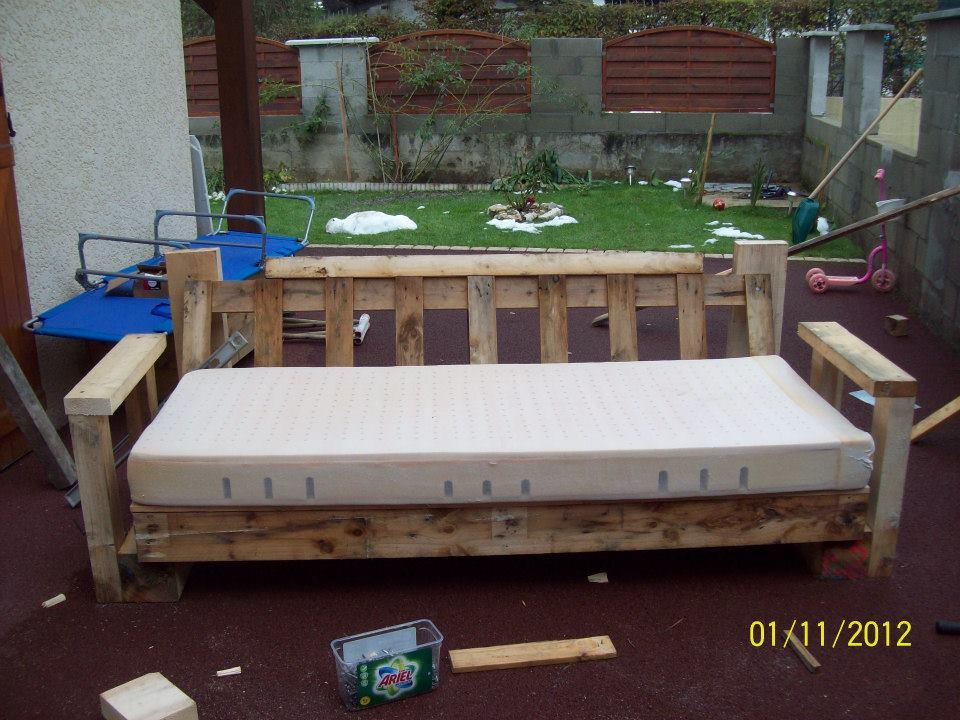 Canape avec palette en bois canap palettes - Canape palette bois ...