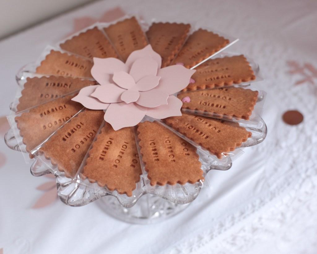 anniversaire-mila-4-ans-rose-caramelle-decoration-princesse-rose-gold-meri-meri-biscuits-vous-avez-un-message-bibbidi-bobbidi-boo