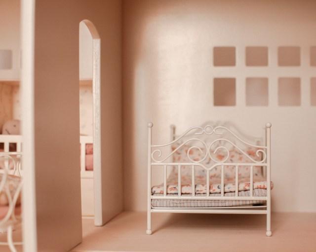 maileg-maison-de-poupees-meubles-souris-lapin-tailles-sizing-lit-metal
