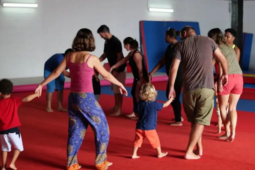Ronde de parents et d'enfant lors d'un cours de baby gym