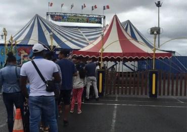 Queue pour aller au cirque en famille
