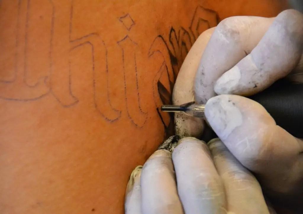 Le dermographe injecte les pigments dans le derme lors du tatouage