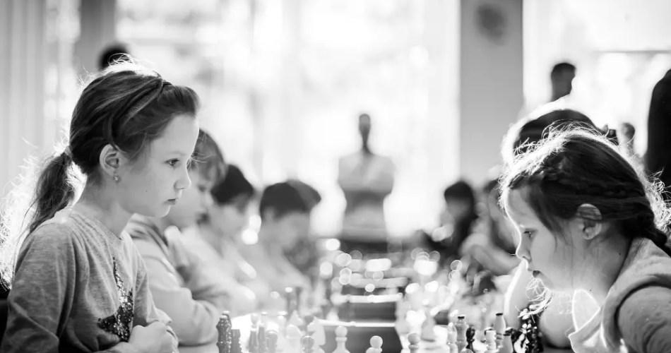 Jeunes filles jouant aux échecs