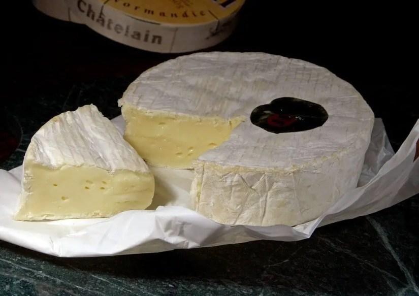 Le Camembert compte parmi les fromages à pâte molle à éviter pour les femmes enceintes