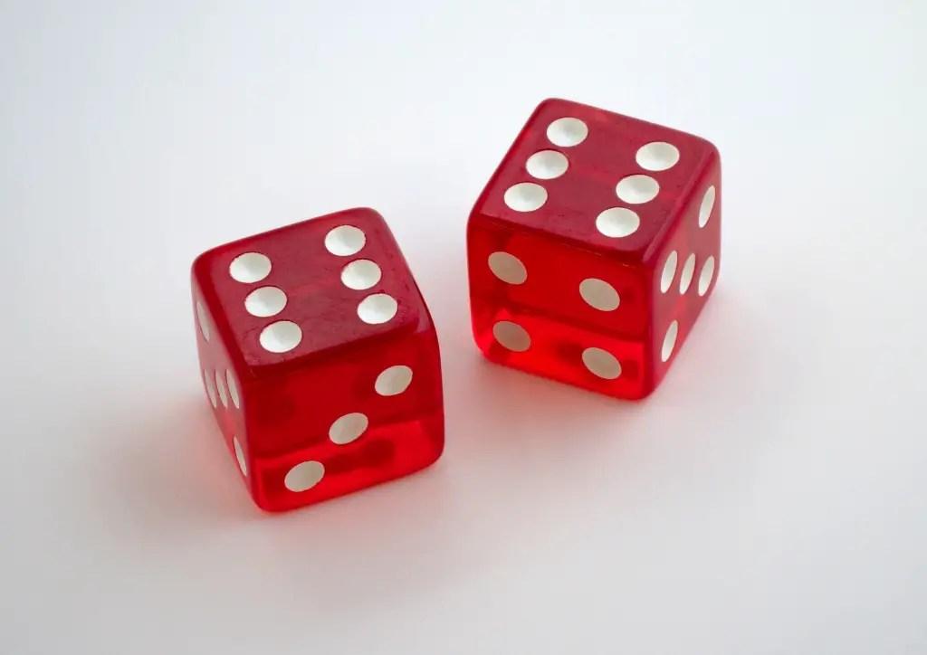 Utiliser des dés pour apprendre les multiplications à un enfant en CE2