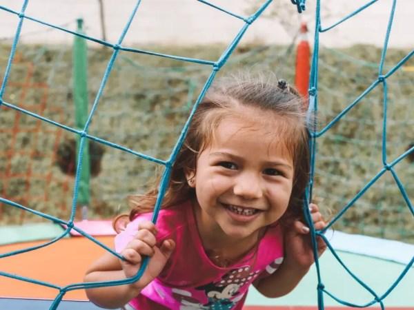 Petite fille s'amusant à un jeu de plein air à jouer seul