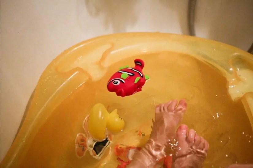 Jouets aquatiques pour amuser bébé pendant le bain