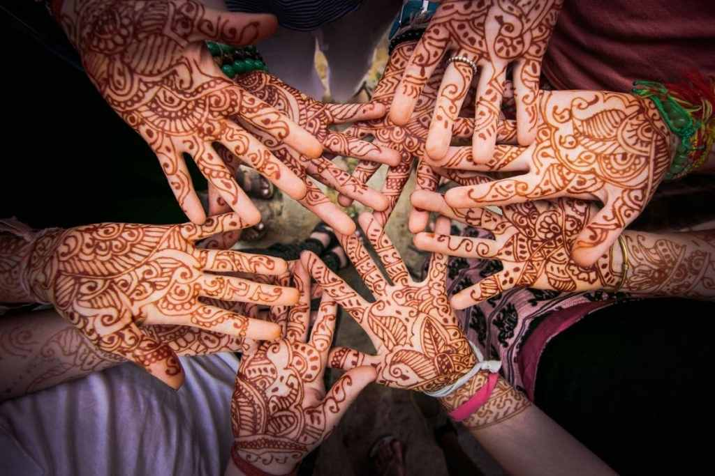 Mains tatouées au henné