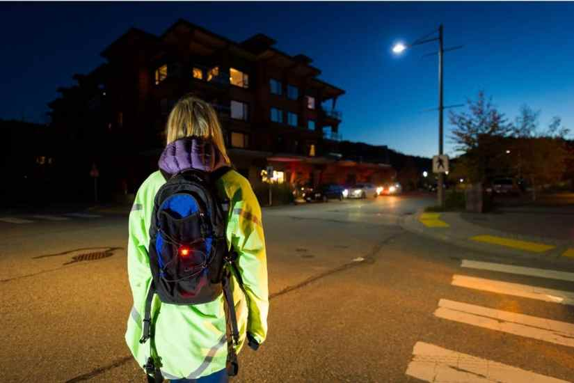 Le gilet réfléchissant aide à rendre les enfants visibles sur la route