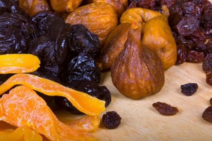 Fruits secs, pruneaux et dattes aident à soulager la constipation de grossesse