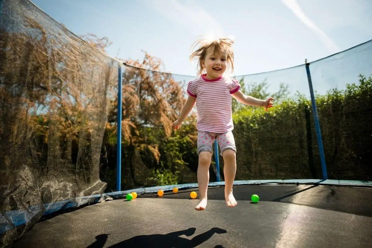 Le trampoline, un jeu de jardin pour enfants très prisé