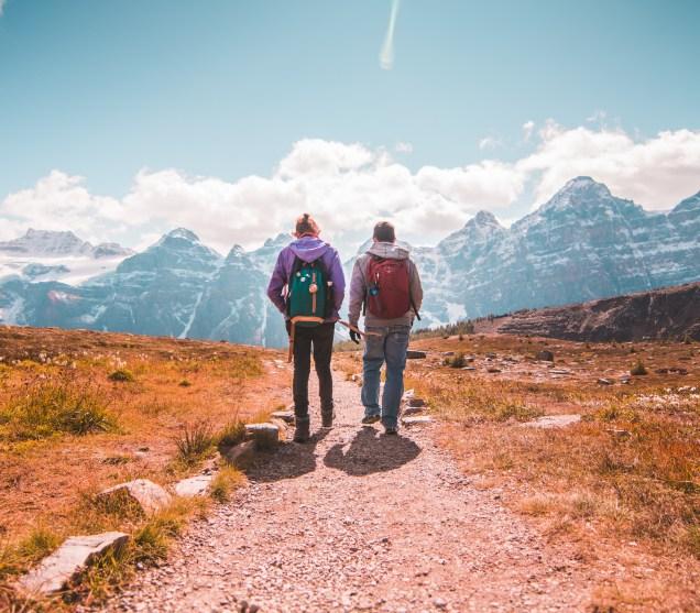 deux personnes avec sac à dos pour voyager léger