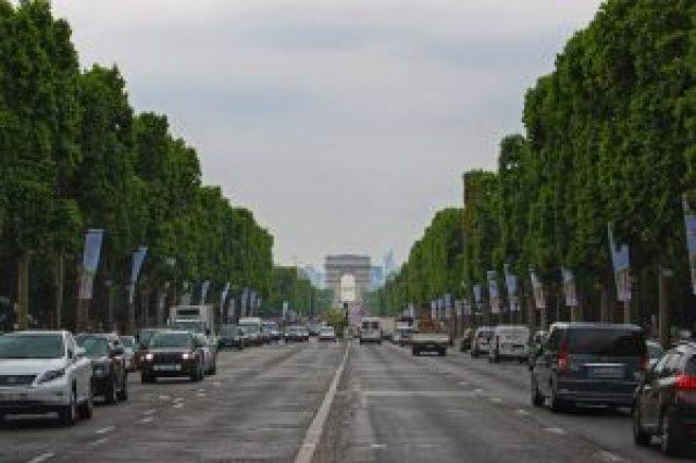 Voitures qui circulent sur les Champs-Elysées, Arc de Triomphe