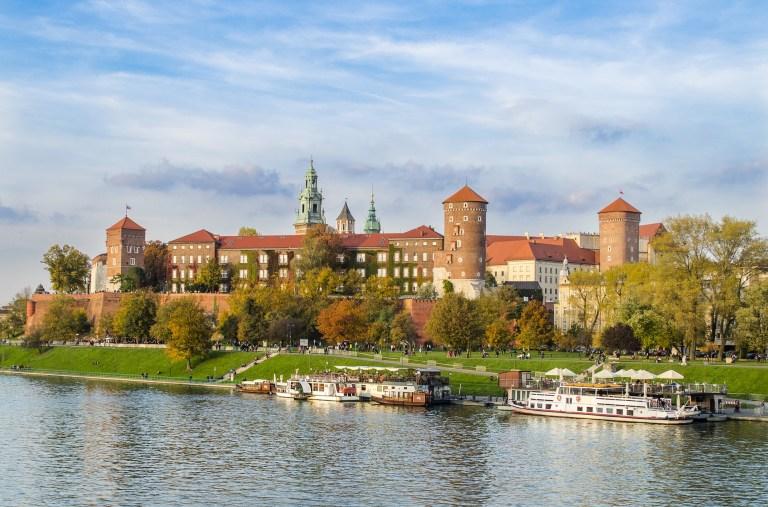 chateau et lac à cracovie en pologne une des destinations pas chères en europe