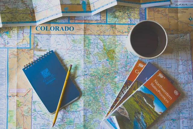 carte du monde, carnet, crayon, tasse de café
