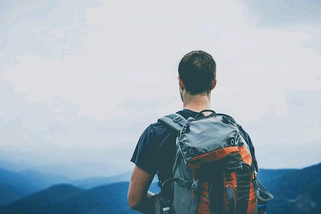 homme avec un sac à dos car marcher est une solution pour faire des économies sur le transport