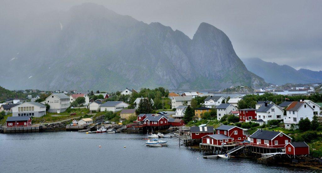 île lotofen maisons, lac et montagne au loin îles à découvrir