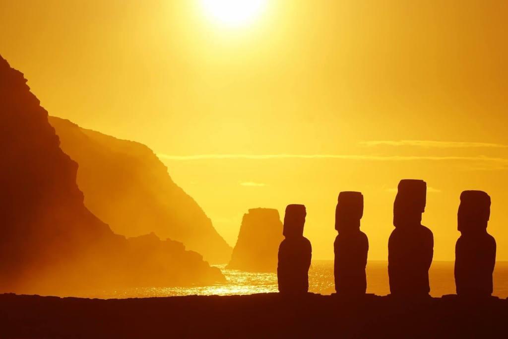 statues moai coucher de soleil