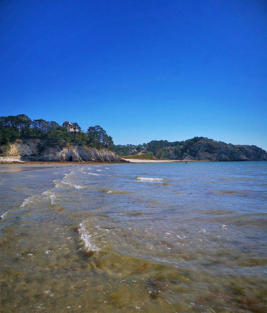 plage eau transparent morgat en Bretagne