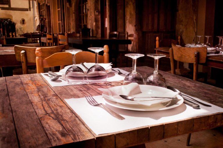 assiettes, verres et couverts, restaurant local pour manger pas cher en voyage