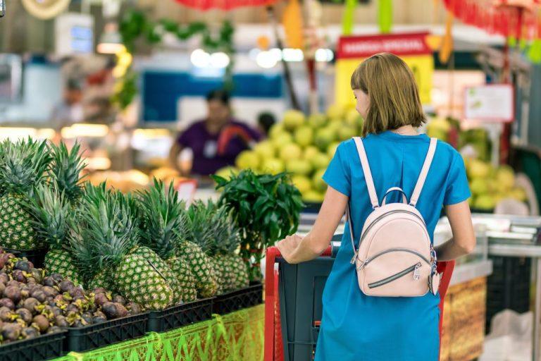femme dans un supermarché pour manger pas cher en voyage