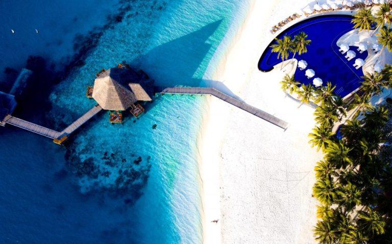 maison sur pilotis aux maldives avec eau turquoise et plage