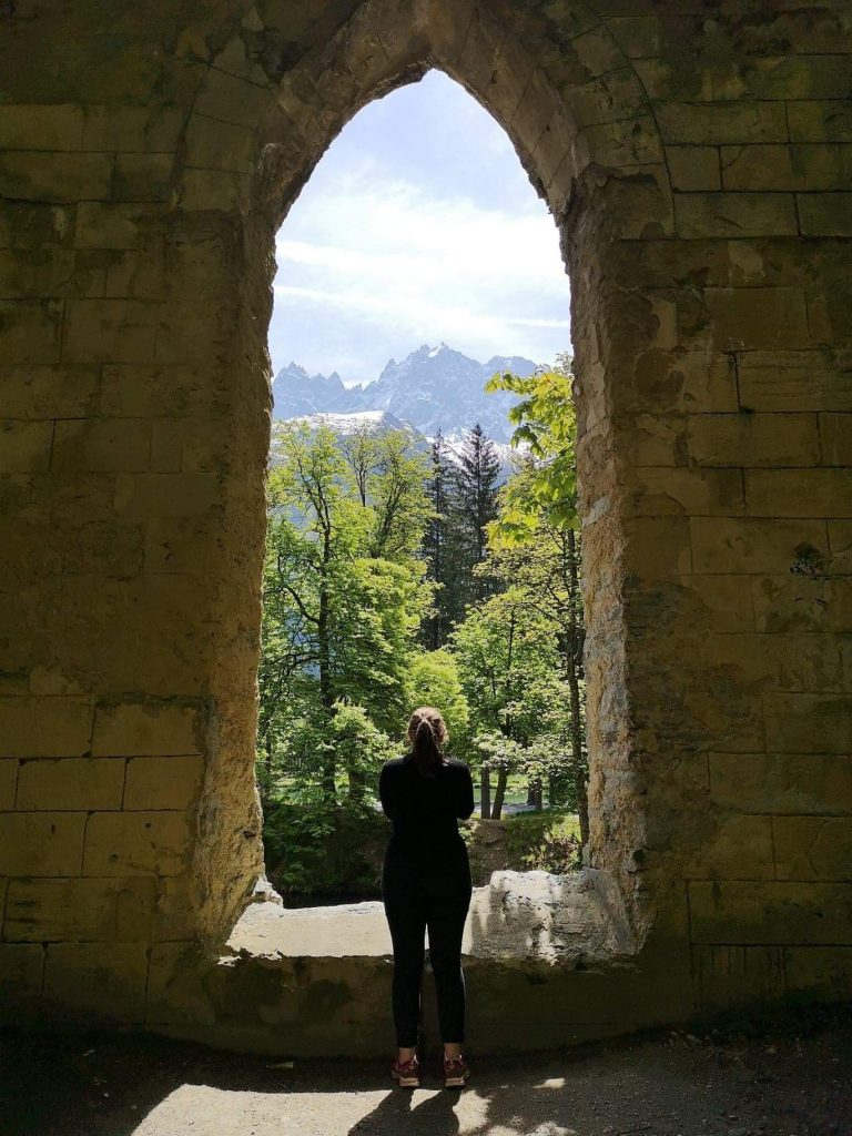 femme de dos qui regarde la vue sur la montagne