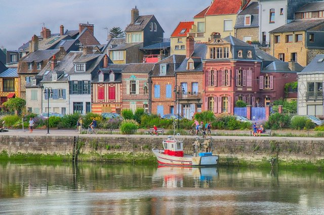 maisons colorés et petit bateau dans le port de st valery sur somme