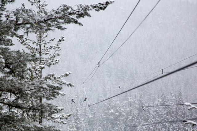 tyrolienne à la montagne en hiver