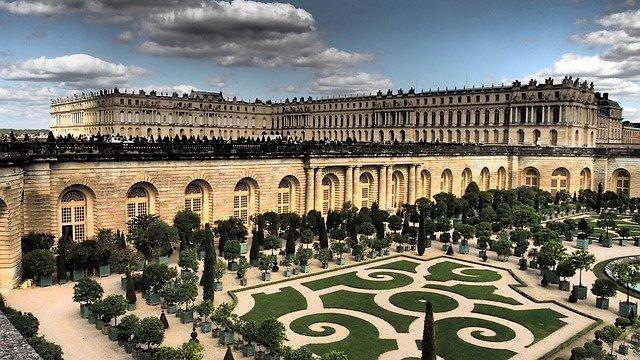 jardin au premier plan et chateau de versailles au second plan pour un week-end à moins de 2h de Paris