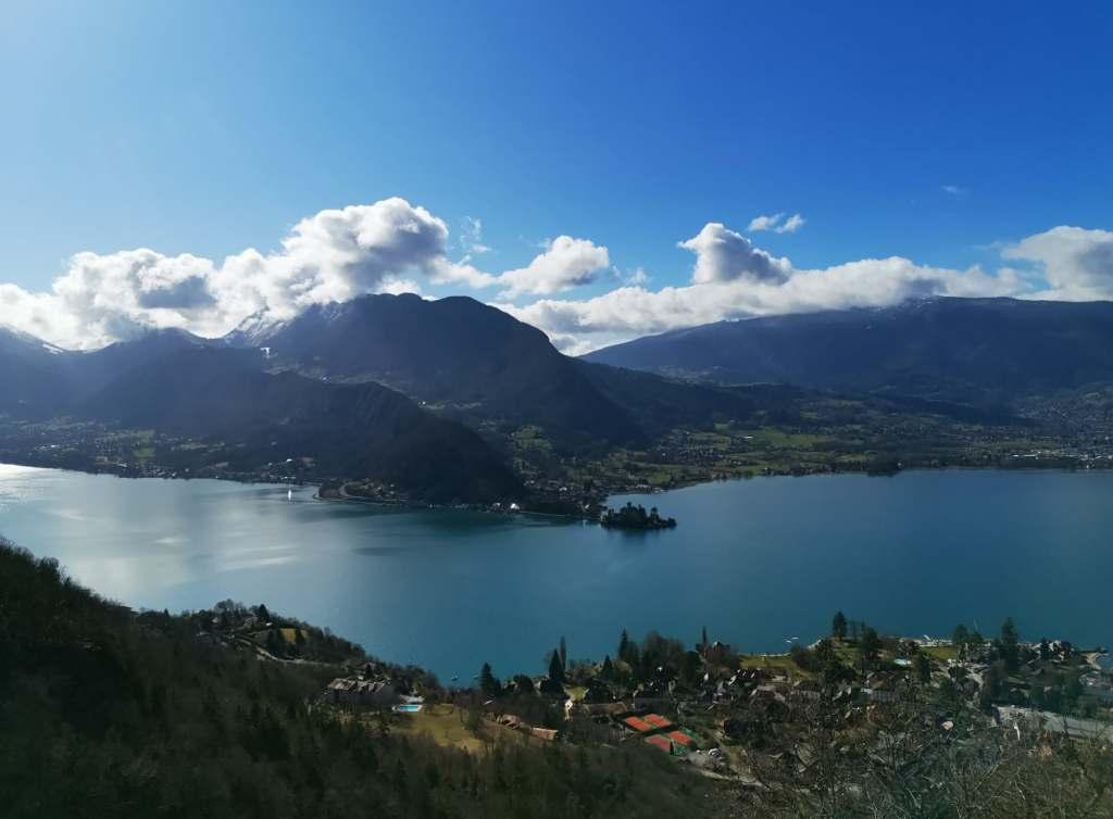 vue sur le lac d'Annecy depuis le sommet de la balade pour aller à la cascade d'angon
