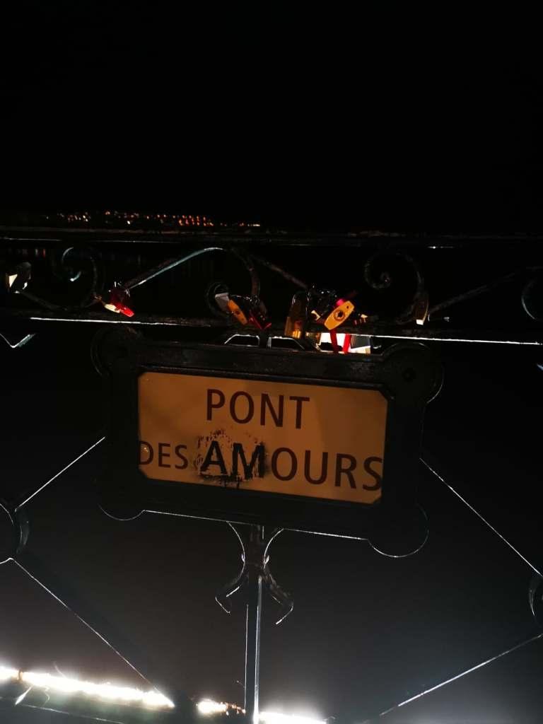 pancarte avec écrit pont des Amours