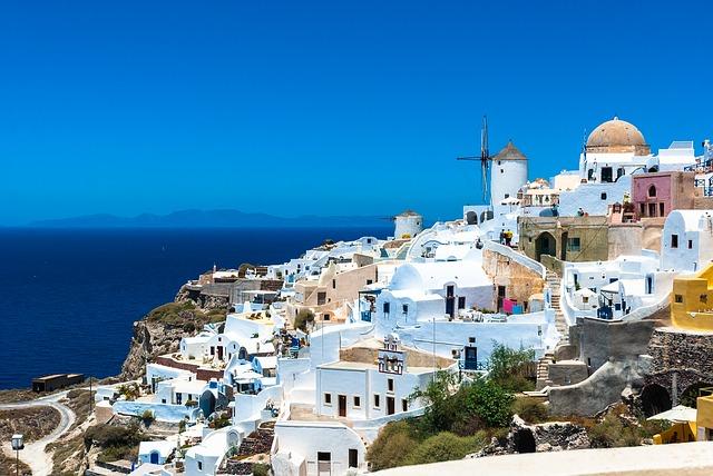 maisons blanches qui surplombent la mer à santorin qui fait parti des destinations les plus instagrammables