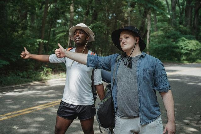deux hommes qui font du stop car geste communication quand voyager sans parler anglais