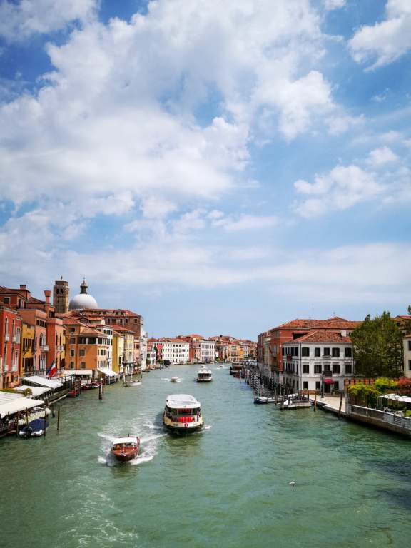le grand canal de venise avec un vaporetto transport en commun à prendre lors d'un week-end à Venise
