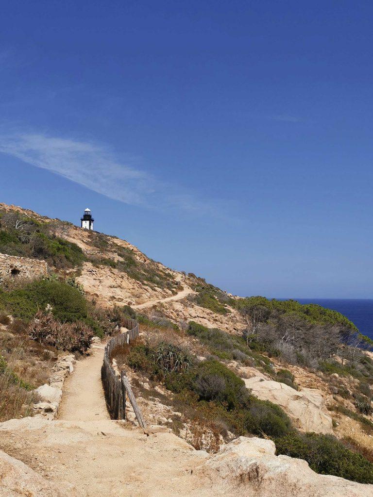 chemin de balade pour rejoindre le phare de la revellata au nord-ouest de la Corse