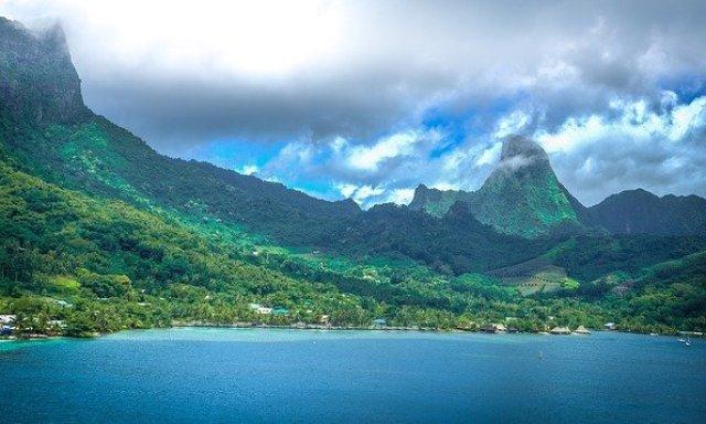montagnes, plage et mer de Moorea en Polynésie française