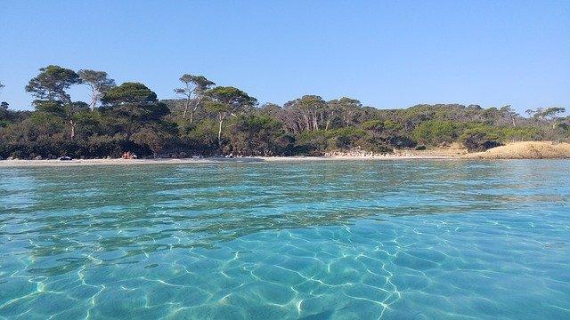 eau turquoise et vue sur la plage sur l'île de Porquerolle