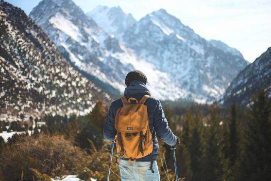 backpacker (homme qui voyage avec un sac à dos) devant une montagne