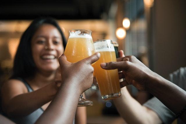 faire des rencontres en voyage c'est aussi partager une bière dans un bar comme sur cette photo