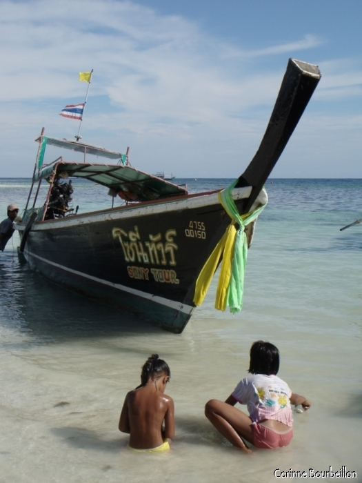 Long-tail boat à Pattaya Beach. Koh Lipe, Thaïlande. Mars 2009.