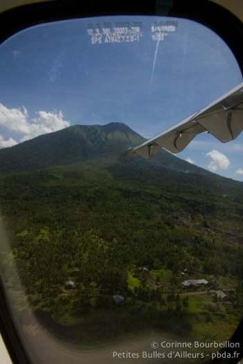 Le volcan de Ternate, vu depuis un avion Lion Air. Indonésie, mars 2013.