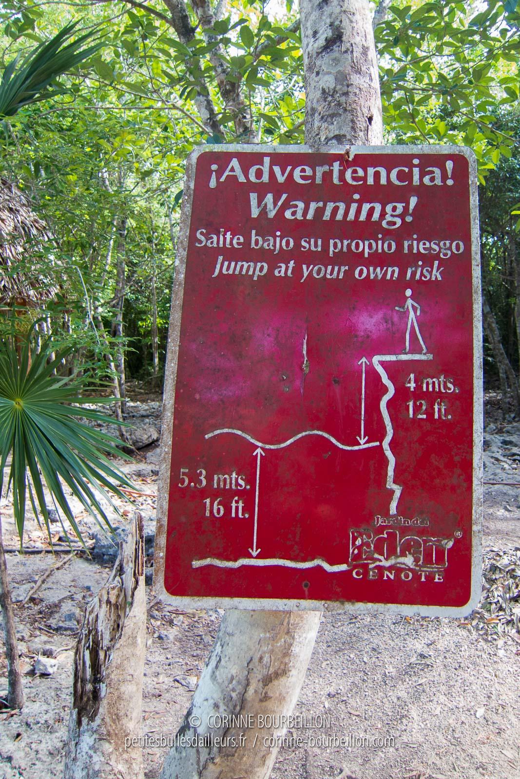 Des panneaux préviennent du danger les imprudents qui vousraient plonger. (Mexique, juillet 2014)