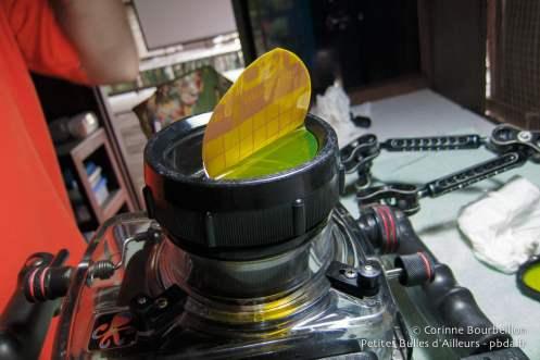 Un film autocollant orange est placé sur la vitre de mon hublot.