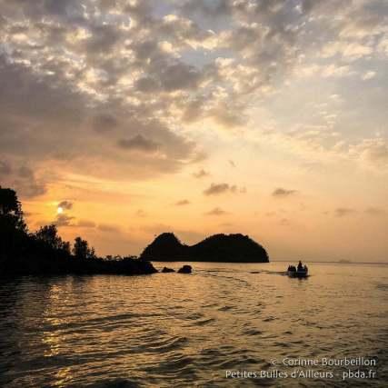 Le ciel s'embrase avec le coucher du soleil. (Misool, Raja Ampat, Papouasie occidentale, Indonésie, novembre 2015.)