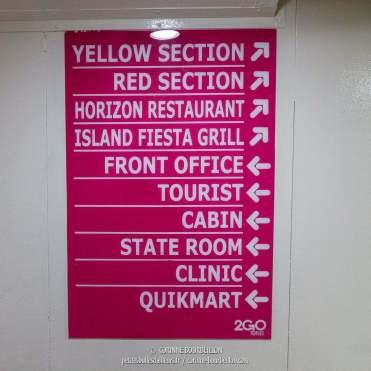 Il y a des panneaux pour s'orienter. (Ferry Batangas-Romblon, Philippines, mars 2017)