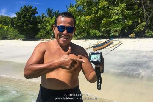 Le héros prend la pose avec le rescapé sauvé des eaux... (Ondoliang Beach, Centre-Sulawesi, Indonésie, juillet 2017)