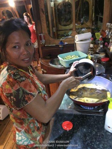 Yani passe son temps à cuisiner pour les plongeurs, qui ont un appétit d'ogre. (Komodo, Indonésie, juillet 2016)