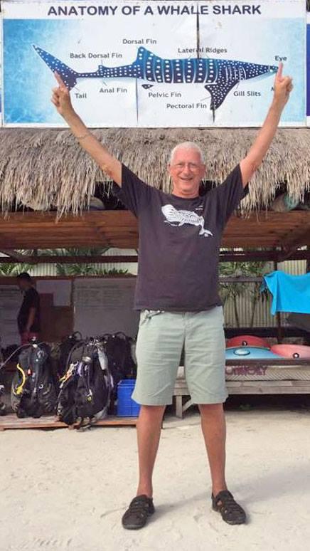 Voic l'homme qui a enfin vu un requin baleine, au bout de soixante ans de plongée... (Source : Facebook / Steven Weinberg)